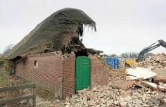 Reste vom Eingang zur Tenne / Scheune - Holztür und Mauerreste / Schutt. Zerstörung vom Bauernhof Ahlers in Wilstedt.
