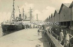 Historische Hafenszene - Verladung von Phosphat in der Hafenstadt Sfax / Tunesien. Entleerung von Güterwaggons auf ein Förderband - beladen eines Frachtschiffs.