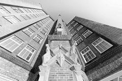Sandsteinfiguren / Bauplastik an der Hausfassade vom 1924 erbauten Messberghof / Ballinhaus im Hamburger Kontorhausviertel