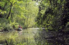Kanu im Neuengammer Durchstich - der Kanal hat eine Länge von 2,6 km und verbindet die  Gose Elbe und Dove Elbe in den Hamburger Vierlanden.