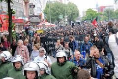Demonstration in Hamburg / Reeperbahn auf St. Pauli - Schwarzer Block / Autonome von Polizisten begleitet.