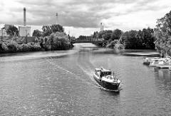 Blick auf die Kanäle in Hamburg Billbrook / Rothenburgsort - ein Motorboot kommt aus dem Tiefstackkanal und fährt in die Bille ein; re. der Billekanal, lks. der Billbrookkanal.