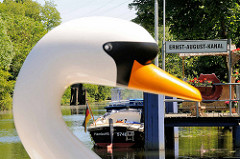 Bilder aus Hamburg Wilhelmsburg - Anleger am Ernst August Kanal - Schwanenkopf eines Tretbootes.