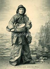 Alte Studioaufnahme mit Hintergrundbild - Fischer in Regenkleidung / Ölzeug; Unterschrift Où le Père a passè passera bien l'Enfant - Den Weg des Vaters wird dereinst das Kind auch gehn.