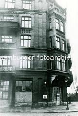Historische Ansicht von der Hamburger Veddel - Eckgebäude mit Balkons und Erker.