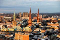 Luftbild von der Hamburger Altstadt in der Abendsonne Türme der Hansestadt; Rathausturm, St. Petrikirche, St. Jacobikirche.