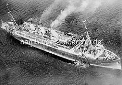 Altes Foto / Luftaufnahme vom Passagierschiff Cap Polonio auf der Elbe - ein Lotsenboot liegt an der Schiffswand des Dampfers - eine Tür  ist geöffnet.