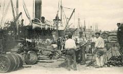 Hafenarbeiter in Antwerpen / Belgien. Tonnen und Fracht auf dem Kai gestapelt - Polizist / Aufpasser.