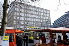 Wochenmarkt am Burchardtplatz im Hamburger Kontorhausviertel - Marktstände, im Hintergrund der Sprinkenhof.