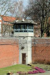 Wachturm / Blumenbeet auf der Gefängnismauer der Hamburger Justizvollzugsanstalt Fuhlsbüttel - Santa Fu.