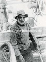 Altes Bild eines Fischers im Boot - Taue und Netze / Frankreich.