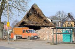 Bilddokumentation vom Abriss des Bauernhof Ahlers in Tangstedt - die alten Heuballen müssen vom Heuboden entfernt und entsorgt werden.