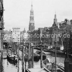 Alte Fotografie vom Nikolaifleet in der Altstadt Hamburgs - Schuten und Ewer liegen am Fleet; Speichergebäude und Kontorhäuser - Kirchturm der St. Katharinenkirche.