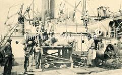Historische Hafenszene Antwerpen / Belgien; Hafenarbeiter transportieren Säcke auf der Schulter.