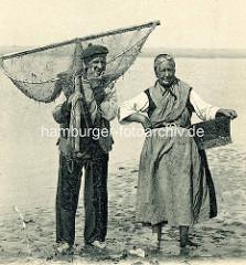 Krabbenfischer in Le Tréport, Normandie / Frankreich - Fischer mit Netz / Ketscher - Fischerin mit Korb, barfuss im Watt.