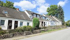 Schlichte Doppelhäuser mit Satteldach am Billstedter Mühlenweg in Hamburg Billstedt.