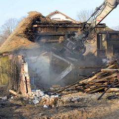Abriss vom Bauernhof Ahlers im Dorfring von Wilstedt / Ortsteil in Tangstedt. Der Bagger reisst Teile vom Mauerwerk / Fachwerk ein.