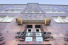 Backsteinarchitektur Altstädter Hof, Kontorhausviertel Hamburg - Hausfassade / Treppenhaus, Jahreszahl 1936 / 1937 Baujahr des Gebäudes.