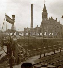 Historische Ansicht vom Verwaltungsgebäude im Kaiser Wilhelm Hafen von Hamburg; im Vordergrund die Schlickschleuse, die in den Ellerholzhafen führt.