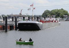 Zwei Männer sitzen in einem Ruderboot und angeln  - sie halten mehrere Angeln in das Wasser der in der Billwerder Bucht.