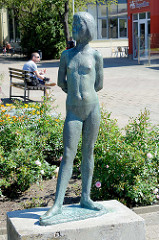 Bronzeskulptur Nacktes Mädchen, Kulturpark Neubrandenburg.