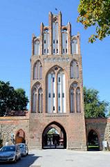Historische Stadtbefestigung - das Treptower Tor in Neubrandenburg wurde Mitte des 14. Jahrhunderts im Stil der norddeutschen Backsteingotik errichtet.
