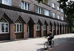 Expressionistische Fassade des Wohngebäudes an der Billhorner Brückenstrasse; das Wohnhaus wurde als Klinkerbau in den 1920er Jahren vom Oberbaudirektor Fritz Schumacher entworfen.