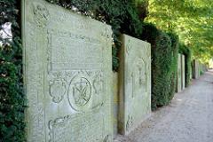 Historische Grabplatten auf dem Friedhof von Hamburg Kirchwerder - Norddeutschlands größte Sammlung.