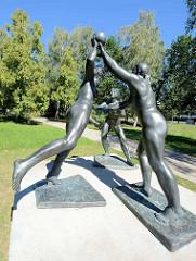 Skulptur nackte Handballspielerinnen im Kulturpark Neubrandenburg - Bildhauerin Senta Baldamus.