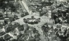 Historische Fotografie vom Marktplatz in Neustrelitz; Blick auf den sternförmig verlaufenden Straßenzüge sowie die Stadtkirche und das Rathaus.