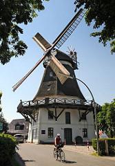 Die Windmühle Johanna wurde 1885 als Galerie- Holländermühle gebaut und arbeitete bis 1960. Die Stellung der Mühlenflügel zeigt, dass die Windmühle Arbeitspause hat.