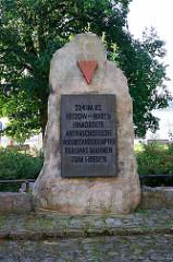 Denkmal für 224 im KZ Retzow-Waren Ermordete;  antifaschistische Widerstandskämpfer Europas mahnen zum Frieden - Seeufer der Müritz.