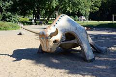 Stierspielplatz / Kinderspielplatz in Neubrandenburg - Stierfigur aud Stein - mit Mosaiksteinen besetzt.