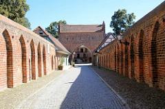 Historische Stadtbefestigung von Neubrandenburg. Das Friedländer Tor wurde in der ersten Hälfte des 14. Jahrhunderts errichtet.