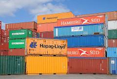 Containerlager mit Leercontainern am Reiherstieg - die grossen Stahlbehälter haben die Farben der Reedereien.