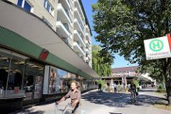 Architektur der 1960er Jahre - Hochhaus und Ladenzeile an der Stormarner Straße in Hamburg Dulsberg.