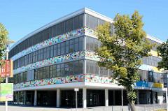 Sportgymnasium Neubrandenburg, beim Kulturpark - Fassade mit Flaggen aus aller Welt; erbaut 2005