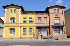Doppelhaus mit unterschiedlicher baulicher Fassadengestaltung und Farbgebung - Architektur in Waren / Müritz.