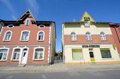 Baugleiche Wohnhäuser - unterschiedliche Fassadengestaltung / Umbau; Architektur in Neubrandenburg.