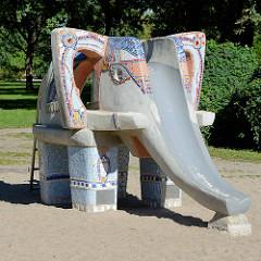 Dumbo / Stein Elefant als Rutsche - Stierspielplatz im Kulturpark von Neubrandenburg.