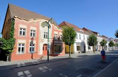Straßenzug in Neustrelitz, Wohnhäuser in unterschiedlichen Bauformen; moderne Straßenlaterne.