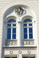Detail - mehrstöckiges Wohngebäude in der Zierker Straße von Neustrelitz;  historische Architektur der Stadt, unter Denkmalschutz stehend.