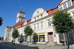 Rückseite vom Rathaus Neustrelitz, Geschäftshäuser und Läden in der Strelitzer Straße.