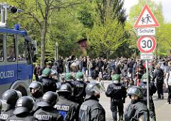 Straßenblockade, Demonstration in Hamburg Barmbek, Polizeikräfte mit Wasserwerfer wurden durch eine mächtige Straßenblockade gestoppt.