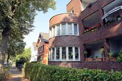 Runder Erker - Backsteinarchitektur  /Wohnhaus mit Balkons im Baustil des Neuen Bauens; Bergkoppel Weg in Hamburg Fuhlsbüttel.
