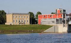 Betriebsgebäude des Sperrwerks an der Billwerder Bucht. Die Hochwasserschutzanlage wurde 2003 erneuert und auf eine neue Schutzhöhe von +8,20 m erhöht.