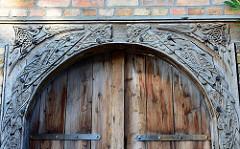 Jugendstilschnitzerei / Holzschnitzerei Eingang Speichergebäude in Waren (Müritz).