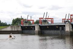 Blick von der Billwerder Bucht auf die geschlossenen Tore der Hochwasserschutzanlage. Das Sperrwerk bietet Schutz vor Sturmfluten von bis zu 8,10 m.