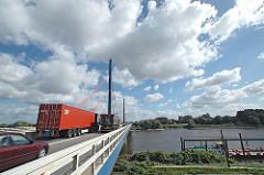 Autobahnbrücke der A1 über die Norderelbe bei Hamburg Georgswerder, auf der gegenüber liegenden Seite liegen die historischen Wasserwerke.