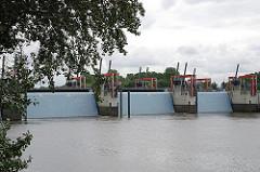 Blick von Entenwerder auf die geschlossenen Tore der Hochwasserschutzanlage. Das Sperrwerk bietet Schutz vor Sturmfluten von bis zu 8,10 m.